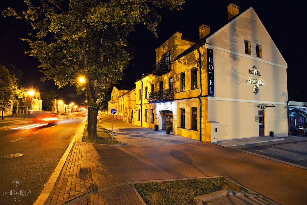 budynek-w-nocy-Hotel-Akvilon